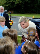 Her Royal Highness meets local school children